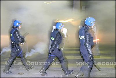 Genève, le 01.06.2003.Manifestation anti-g8. La police dans les rues basse, après avoir saturé la zone avec des gazes lacrymogène..© Jean-Patrick Di Silvestro