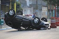FOTO EMBARGADA PARA VEICULOS INTERNACIONAIS. SAO PAULO,  SP, 08-12-2012, ACID AV ARICANDUVA. Um veiculo capotou apos colidir com outro veiculo que fugiu do local. O acidente foi na madrugada desse Sabado (8) na Av Aricanduva com a Rua Manilha e segundo informacoes duas pessoas ficaram feridas. O segundo veiculo, que seria um Fiat/Uno fugiu do local, porem a placa do mesmo ficou no local do acidente. Luiz Guarnieri/ Brazil Photo Press.