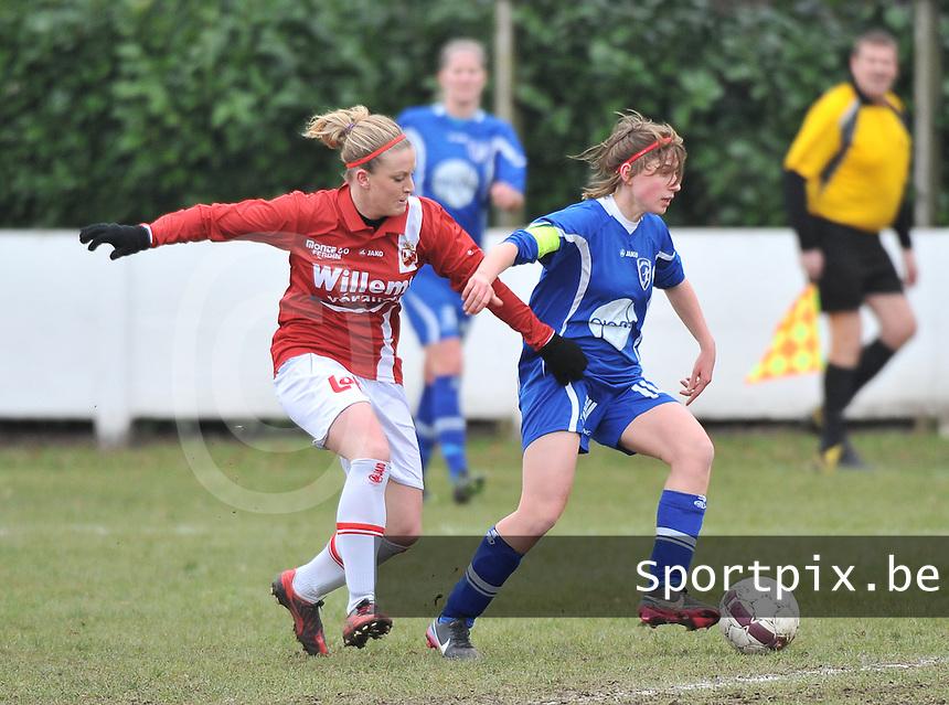 AA Gent Ladies - RAEC Mons : Elke Van De Sompel aan de bal voor Melissa Thil (links).foto Joke Vuylsteke / Vrouwenteam.be