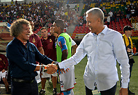 IBAGUÉ- COLOMBIA , 8-04-2018: Alberto Gamero (Izq.) director técnico del Deportes Tolima saluda a Alexis Mendoza (Der.) director técnico del Atlético Junior durante partido por la fecha 13 de la Liga Águila I 2018 jugado en el estadio Manuel Murillo Toro de la ciudad de Ibagué. /Alberto Gamero (Izq.) coach of Deportes Tolima greets Alexis Mendoza (Der.) coach of Atlético Junior during match for the date 13 of the Aguila League I 2018 at Manuel Murillo Toro  stadium in Ibague city. Photo: VizzorImage  /Juan Carlos Escobar / Contribuidor