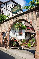 Deutschland, Rheinland-Pfalz, Neustadt an der Weinstrasse: Ortsteil Hambach - Weinstube Mohre-Jule | Germany, Rhineland-Palatinate, Neustadt an der Weinstrasse: district Hambach - entrance of wine tavern Mohre-Jule