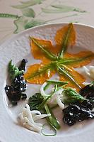 Europe/France/Provence-Alpes-Côte d'Azur/06/La Turbie: Composition de calamars grillés, fleurs et fleurs de courgettes et petites pâtes à l'encre  recette de  Bruno Cirino Hostellerie Jérôme