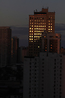 O sol nasce refletindo nas janelas dos predios na Mundurucus, momento em que a lua se põe.<br />Belém, Para, Brasil<br />©Paulo Santos<br />01/04/2018