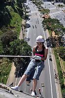 SAO PAULO, SP, 01 DE JULHO DE 2012 - VIRADA ESPORTIVA SP - Publico participa de Rapel e Tirolesa no Viaduto Sumaré na manhã deste domingo (01), durante Virada Esportiva 2012, que acontece este final de semana em São Paulo. FOTO: LEVI BIANCO - BRAZIL PHOTO PRESS