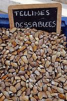 Europe/France/Provence-Alpes-Côte d'Azur/13/Bouches-du-Rhône/Camargue/Les Saintes-Maries-de-la-Mer: Marché sur le port - Etal de tellines
