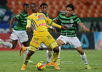 MEDELLÍN -COLOMBIA-13-11-2014. Diego Alejandro Arias (Der) jugador de Atlético Nacional disputa el balón con Cesar Valoyes (Izq) jugador de Atlético Huila durante partido por la fecha 2 de los cuadrangulares finales de la Liga Postobón II 2014 jugado en el estadio Atanasio Girardot de la ciudad de Medellín./ Diego Alejandro Arias (R) player of Atletico Nacional  fights for the ball with Cesar Valoyes (L) player of Atletico Huila during the match for the  second date of the final quardrangular of Postobon League II 2014 at Atanasio Girardot stadium in Medellin city. Photo: VizzorImage/Luis Ríos/STR