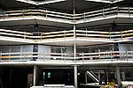 ALPHEN A/D RIJN - In Alphen a/d Rijn werkt een medewerker van bouwonderneming Stout de kozijnen dicht van nieuwbouwproject Antarctica. In opdracht van woningcorporatie wonenCentraal ontwierp Poolen Architekten uit Amersfoort een gebouw met ruimte voor 78 starters en op de begane grond 1.500 m2 kantoorruimte ruimte en 500 m2 voor startende ondernemers. De naam van het gebouw is ontleend aan de locatie van het nieuwe gebouw, gelegen bij de Noordpool- en Zuidpoolsingel, en aan de vorm van balkons die volgens de opdrachtgever lijken op een verzameling ijsschotsen. COPYRIGHT TON BORSBOOM