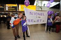 SCHAATSEN: SCHIPHOL: Luchthaven Schiphol, 29-01-2013, Seizoen 2012-2013, Aankomst wereldkampioen Michel Mulder, ©foto Martin de Jong