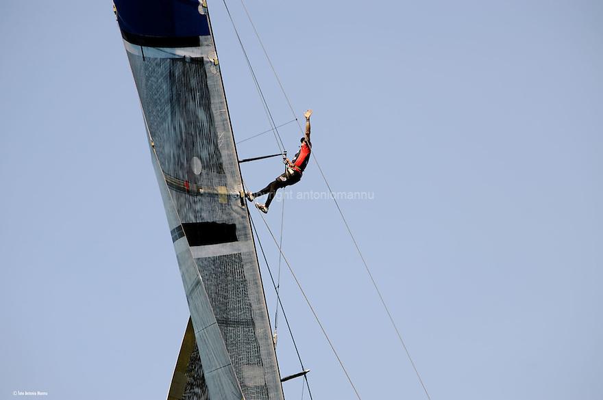 Louis Vuitton Trophy La Maddalena 4 giugno 2010. Lo stratega di Emirates Team New Zealand manda segnali al pilota dell' elicottero che segue le regate invitandolo a non avvicinarsi troppo alle barche. Siamo nella fase della semifinale e i neozelandesi si oppongono agli svedesi di Artemis che saranno sconfitti dai kiwi
