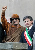 Il sindaco di Roma Gianni Alemanno accoglie il leader libico Muammar Gheddafi in Campidoglio, Roma, 10 giugno 2009. .Rome Mayor Gianni Alemanno, right, welcomes Libyan leader Muamar Gadhafi, at Rome's Capitol hill, 11 june 2009..UPDATE IMAGES PRESS/Riccardo De Luca