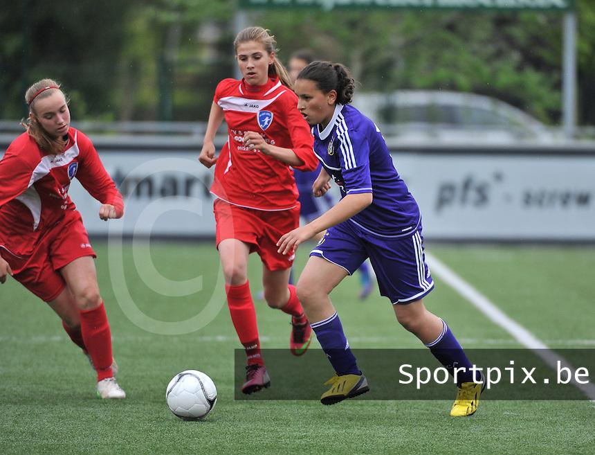 AA Gent Ladies U16 - RSC Anderlecht : Loubna Bouljalala aan de bal voor Marie Minnaert (midden).foto DAVID CATRY / Nikonpro.be
