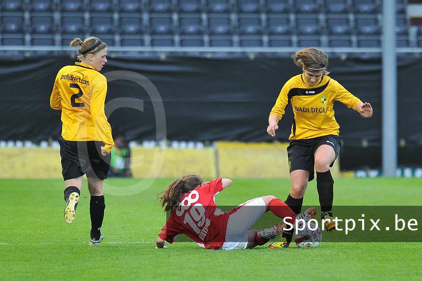 Bekerfinale 2012 : WD Lierse SK - Standard Femina :.Davina Philtjens in de voeten van Evelien Stoffels.foto David Catry / Joke Vuylsteke / Vrouwenteam.be