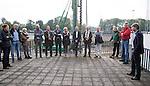 AMSTELVEEN - KNHB direkteur Erik Gerritsen (r)   en mevrouw Elvire Wagener, achternichtje van Joop Wagener sr. , hebben samen , symbolisch , de eerste paal geslagen van de nieuwe tribune van het Wagener hockeystadion. COPYRIGHT KOEN SUYK.