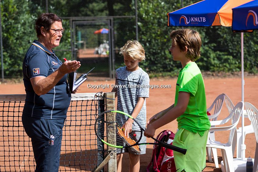 Hilversum, Netherlands, August 7, 2017, National Junior Championships, NJK, Umpire doet the toss<br /> Photo: Tennisimages/Henk Koster