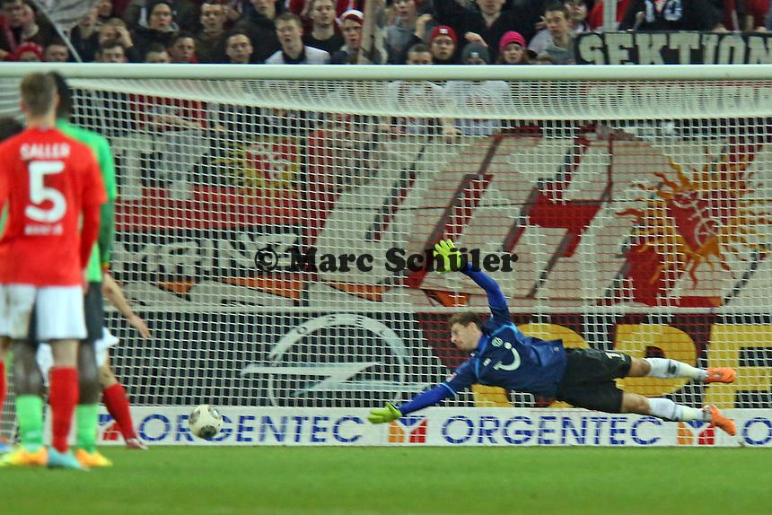 Ron Robert Zieler (Hannover) kann dem Ball nur hinterhersehen - 1. FSV Mainz 05 vs. Hannover 96, Coface Arena, 21. Spieltag