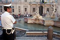 Roma  5 Settembre 2011.La  Fontana del Moro di piazza Navona danneggiata da un vandalo in attesa del restauro. L'opera, scolpita su disegno di Bernini nel 1654 d.C. da Giovanni Antonio Mari.Un agente della polizia municipale davanti al monumento danneggiato