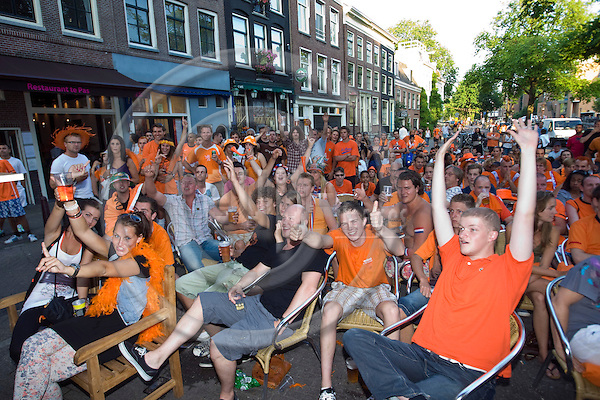 AMSTERDAM - THE NETHERLANDS -- 11 JULY 2010 -- The FIFA Worldcup Final Netherlands v/s Spain. -- Fans watching the final in cafes and outside screens. -- PHOTO: Juha ROININEN / EUP-IMAGES.