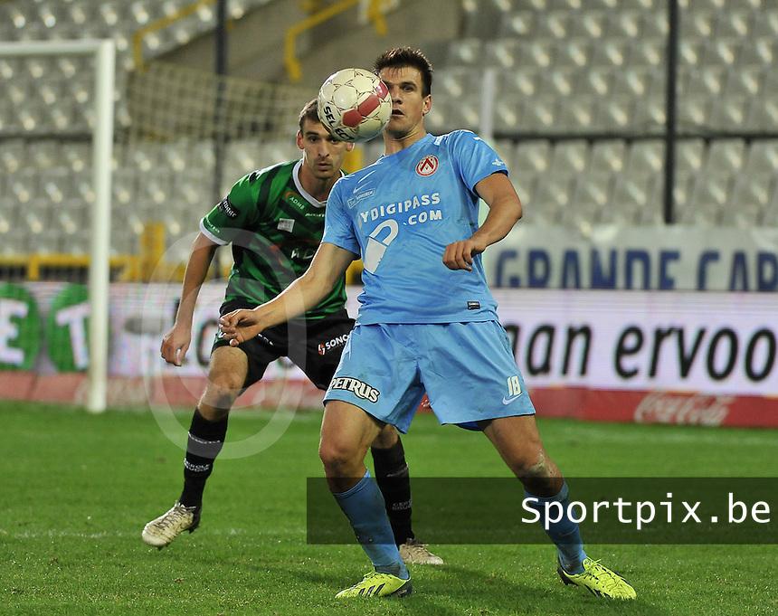 Cercle Brugge - KV Kortrijk : Ivan Santini met de borstcontrole voor Gregory Mertens <br /> foto VDB / Bart Vandenbroucke