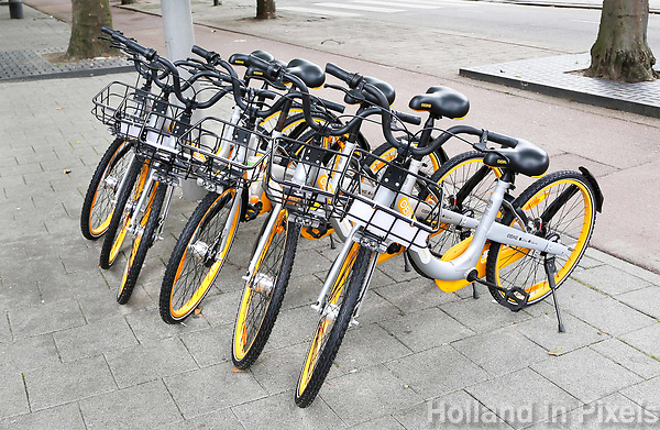 Nederland  Rotterdam - 2017.  New in Rotterdam, oBike, a worldwide bike sharing systeem, which uses GPS technology. Download the oBike app to our bikes to trace the bike and scan the QR code to unlock your bicycle. The bicycle don't need to be brought back. The bike can locked again on all public bicycle parkings .  Foto Berlinda van Dam / Hollandse Hoogte