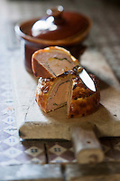 Europe/France/Aquitaine/24/Dordogne/Env de P&eacute;rigueux/Antonne-et-Trigonant: P&acirc;t&eacute; de P&eacute;rigueux  photographi&eacute; sur le potager de la cuisine du Ch&acirc;teau des Bories<br /> P&acirc;t&eacute; en croute &agrave; base de foie gras et de truffe &eacute;tait jadis pr&eacute;par&eacute; par les p&acirc;tissiers<br /> L&rsquo;un des plus anciens p&acirc;tissiers, que l&rsquo;on connaisse est Marie Raulet qui au d&eacute;but du XV&egrave;me si&egrave;cle, exer&ccedil;ait son art &agrave; P&eacute;rigueux. Anc&ecirc;tres de nos actuels charcutiers, ces artisans confectionnaient des P&acirc;t&eacute;s, pr&eacute;paration &agrave; base de p&acirc;te, qu&rsquo;ils remplissaient de toutes sortes de mets