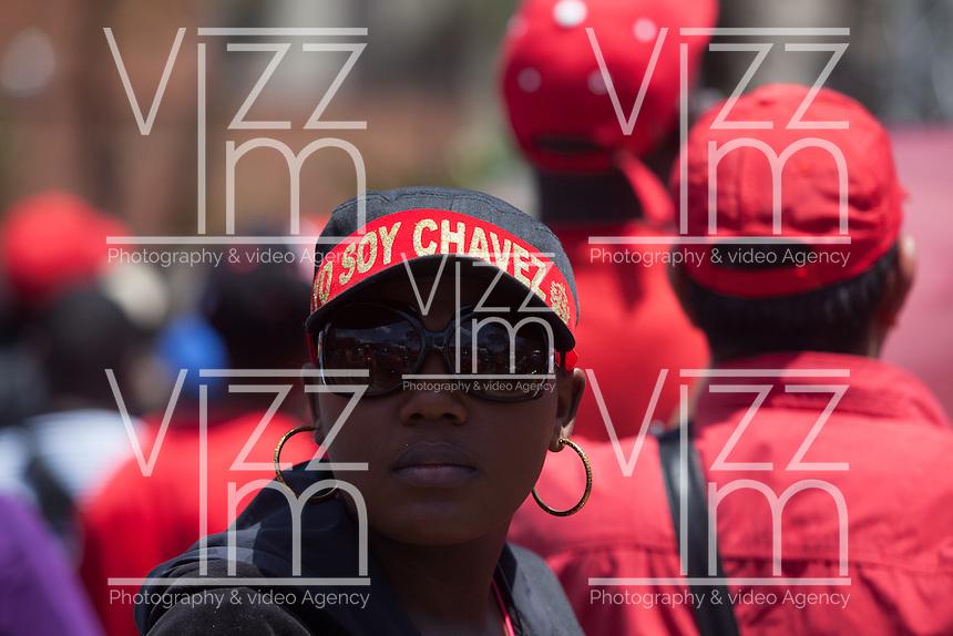CARACAS - VENEZUELA 08-03-2013, Una mujer viste una gorra de Chávez durante el funeral de estado. El lider y  presidente de Venezuela, Hugo Chávez Frías, falleció el pasado martes 5 de marzo de 2013 a causa de un cancer a la edad de 58 años./ A girl wears a Chavez cap during the state funeral. The leader and president of Venezuela, Hugo Chavez Frias who died by cancer the past March 5th of 2013 at the age of 58. Photo: VizzorImage / CONT