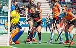 AMSTELVEEN  -  Kelly Jonker (A'dam) heeft gescoord, links Jantien Gunter (Gro)  en rechts Evaline Janssens (Gro)  Hoofdklasse hockey dames ,competitie, dames, Amsterdam-Groningen (9-0) .     COPYRIGHT KOEN SUYK