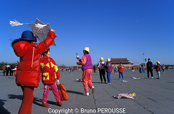 Asie, Chine, Beijing, place Tian An Men, enfant jouant au cerf-volant//Asia, China, Beijing, Tiananmen square, kids flying kite