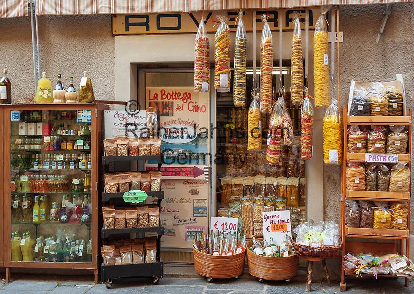 Italy, Piedmont, Orta San Giulio: shop with local specialities - noodles, wine, spices and herbs | Italien, Piemont, Orta San Giulio: Laden mit regionalen Spezialitaeten - Pasta, Wein, Kraeuter und Gewuerze