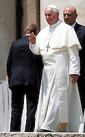 Papa Francesco saluta al termine dell'udienza generale del mercoledi' in Piazza San Pietro, Citta' del Vaticano, 26 giugno 2013.<br /> Pope Francis waves at the end of his weekly general audience in St. Peter's Square at the Vatican, 26 June 2013.<br /> UPDATE IMAGES PRESS/Isabella Bonotto<br /> <br /> STRICTLY ONLY FOR EDITORIAL USE