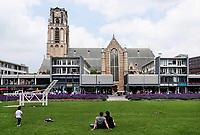 Nederland -  Rotterdam - juni 2018.  De Grote of Sint Laurenskerk. Het grasveld tussen de Laurenskerk en de Markthal. Foto Berlinda van Dam / Hollandse Hoogte