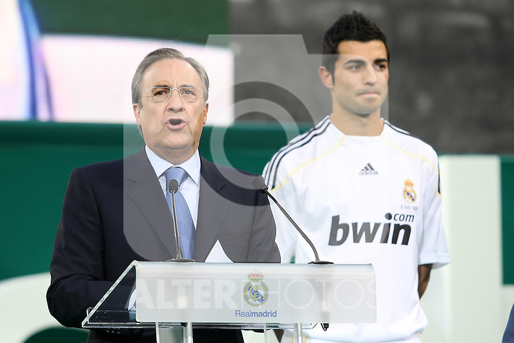 Real Madrid's new player Raul Albiol (r) and the President Florentino Perez (l) during his presentation. July 2 2009. (ALTERPHOTOS/Acero).
