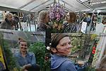 Foto: VidiPhoto<br /> <br /> DEN BOSCH – Duizenden bezoekers trokken donderdag naar de Brabanthallen in Den Bosch voor de eerste dag van TuinIdee 2019. Het grootste tuinevent van Nederland ging donderdag voor de 27e keer op rij van start met bijna 200 exposanten. Samen met leerlingen van groep 3 van de Beekmanschool uit De Bosch, verrichtten de bekende hovenier Lodewijk Hoekstra en Youtuber/zangeres Teske de Schepper de openingshandeling van het eerste Schoolplein van de Toekomst. Dankzij het huidige zachte weer staan tuinbezitters te popelen om op balkon, terras en in de tuin aan de slag te gaan. Op Tuinidee vinden bezoekers verschillende inspiratietuinen -waaronder een speciale kindertuin-  creatieve workshops, een tuintheater en de laatste groene trends en nieuwtjes. Speciale aandacht is er voor duurzaam en ecologisch tuinieren. De organisatie verwacht tot en met zondag meer dan 25.000 belangstellenden.