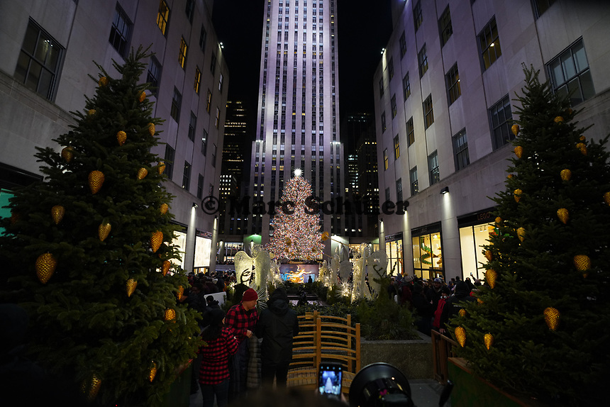 Weihnachtliche Installation am Weihnachtsbaum des Rockefeller Centers - 08.12.2019: New York