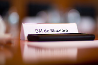 Das Namensschild von Verteidigungsminister Thomas de Maiziere (CDU) steht am Mittwoch (05.06.13) im Bundeskanzleramt in Berlin auf dem Kabinettstisch.<br /> Foto: Axel Schmidt/CommonLens