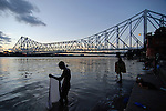 "Asien Suedasien Indien Westbengalen Megacity Kalkutta, Howrah Bruecke ueber den Fluss Hooghli , Hindus beim rituellen Bad  - Architektur Bruecken Religion xagndaz | .South asia India Westbengal Calcutta Kolkatta, Howrah bridge and Hooghli river , Hindus take holy bath - Megacities Hinduism Hindu religion .| [ copyright (c) Joerg Boethling / agenda , Veroeffentlichung nur gegen Honorar und Belegexemplar an / publication only with royalties and copy to:  agenda PG   Rothestr. 66   Germany D-22765 Hamburg   ph. ++49 40 391 907 14   e-mail: boethling@agenda-fototext.de   www.agenda-fototext.de   Bank: Hamburger Sparkasse  BLZ 200 505 50  Kto. 1281 120 178   IBAN: DE96 2005 0550 1281 1201 78   BIC: ""HASPDEHH"" ,  WEITERE MOTIVE ZU DIESEM THEMA SIND VORHANDEN!! MORE PICTURES ON THIS SUBJECT AVAILABLE!!  ] [#0,26,121#]"