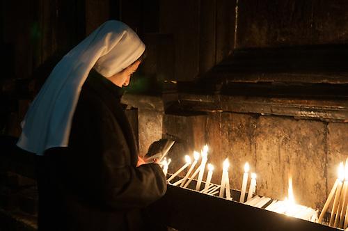 Jerusalem, Fevrier 2011. Une femme en pelerinage en Terre Sainte a l'Eglise de Saint Sepulcre.