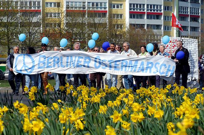 Ostermarsch in Berlin<br /> Mehrere tausend Menschen demonstrierten am Ostermontag den 21. April 2003 bei strahlendem Sonnenschein in Berlin auf dem traditionellen Ostermarsch gegen den US-Krieg gegen den Irak. Motto der Demonstration: &quot;Frieden und Gerechtigkeit fuer die Voelker! - NEIN ZUM KRIEG!&quot;. Die Ostermarschierer zogen vom Bezirk Frierichshain nach Kreuzberg.<br /> 21.4.2003, Berlin<br /> Copyright: Christian-Ditsch.de<br /> [Inhaltsveraendernde Manipulation des Fotos nur nach ausdruecklicher Genehmigung des Fotografen. Vereinbarungen ueber Abtretung von Persoenlichkeitsrechten/Model Release der abgebildeten Person/Personen liegen nicht vor. NO MODEL RELEASE! Nur fuer Redaktionelle Zwecke. Don't publish without copyright Christian-Ditsch.de, Veroeffentlichung nur mit Fotografennennung, sowie gegen Honorar, MwSt. und Beleg. Konto: I N G - D i B a, IBAN DE58500105175400192269, BIC INGDDEFFXXX, Kontakt: post@christian-ditsch.de<br /> Bei der Bearbeitung der Dateiinformationen darf die Urheberkennzeichnung in den EXIF- und  IPTC-Daten nicht entfernt werden, diese sind in digitalen Medien nach &sect;95c UrhG rechtlich geschuetzt. Der Urhebervermerk wird gemaess &sect;13 UrhG verlangt.]