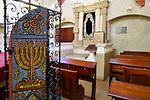 Wnętrze synagogi Remuh na krakowskim Kazimierzu. Drzwiczki bimy.<br /> Remuh Synagogue inside Krakow's Kazimierz district. Bima door.
