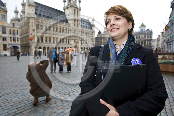 BRUSSELS - BELGIUM - 31 OCTOBER 2008 -- Laurie SINGH is an active campaigner for Obama in Brussels. Here she is in the center of Brussels on the Grand Place. -- PHOTO: JUHA ROININEN / EUP-IMAGES