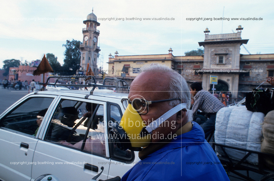 INDIA Rajasthan Jaipur, motorbike driver with mask to protect breathing of exhaust fume at street / INDIEN Jaipur, Motorradfahrer mit Atemschutzmaske zum Schutz vor Abgasen