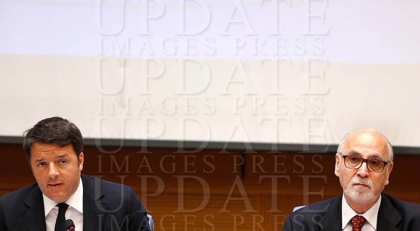 Il Presidente del Consiglio Matteo Renzi, a sinistra, affiancato dal presidente dell'Ordine dei Giornalisti Enzo Iacopino, tiene la conferenza stampa di fine anno a Roma, 29 dicembre 2015.<br /> Italian Premier Matteo Renzi, left, flanked by Italian Journalist Association's president Enzo Iacopino, attends the year-end press conference in Rome, 29 December 2015.<br /> UPDATE IMAGES PRESS/Riccardo De Luca