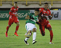 TUNJA -COLOMBIA, 27-10-2015. Raul Loaiza (Der) jugador de Patriotas FC disputa el balón con Andres Roa (Izq) jugador de Deportivo Cali durante partido por la fecha 17 de la Liga Águila II 2015 realizado en el estadio La Independencia de Tunja./  Raul Loaiza (R) player of Patriotas FC fights the ball with Andres Roa (L) player of Deportivo Cali during match for the 17th date of Aguila League II 2015 played at La Independencia stadium in Tunja. Photo: VizzorImage/César Melgarejo/ Cont