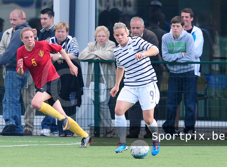 Vriendschappelijke interland vrouwenvoetbal : Belgium A - France A te Nieuwpoort ;..Eugenie Le Sommer aan de bal voor Lorca Van De Putte..foto DAVID CATRY / Vrouwenteam.be