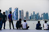 QATAR, Doha, skyscraper east bay, migrant worker on their holiday on friday at sea front corniche / KATAR, Doha, Wolkenkratzer der Eastbay, Gastarbeiter an ihrem freien Tag am Freitag an der Corniche Seepromenade