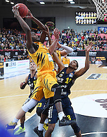Basketball  1. Bundesliga  2016/2017  Hauptrunde  14. Spieltag  16.12.2016 Walter Tigers Tuebingen - Alba Berlin Julian Washburn (li, Tigers) gegen Malcolm Miller (re, Alba)