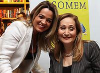 ATENÇÃO EDITOR: FOTO EMBARGADA PARA VEICULO INTERNACIONAL - SÃO PAULO, SP, 24 OUTUBRO 2012 - LANÇAMENTO LIVRO HOMENS QUE FOGEM DE SONIA ABRÃO - Lançamento do livro Homens que Somem de Sonia Abrão que recebeua a atriz Tallyta Cardoso o livro tem por finalidade não só registrar a angústia feminina com essa questão como também trazer à tona o que se passa na cabeça dos homens no momento em que decidem fugir depois de um encontro, de um romance e de um casamento. A autora encomendou um estudo ao IBOPE/Inteligência que reuniu grupos compostos por homens e mulheres que já viveram ao menos uma situação como essa, na livraria Cultura na Av Paulista zona sul da cidade nessa quarta,24. (FOTO: LEVY RIBEIRO / BRAZIL PHOTO PRESS)