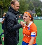 BLOEMENDAAL  - Sanne Caarls (Bldaal) met coach Daan Sabel (Pinoke) na   de hoofdklasse competitiewedstrijd vrouwen , Bloemendaal-Pinoke (1-2) . COPYRIGHT KOEN SUYK