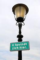 Bordje aan een lantaarnpaal, met de tekst : u bevindt zich hier