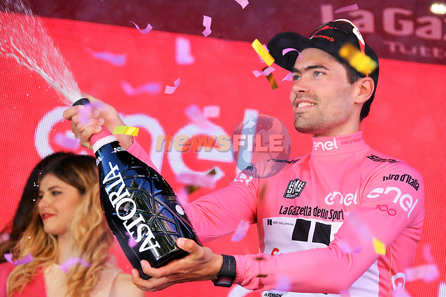 Race leader Maglia Rosa Tom Dumoulin (NED) Team Sunweb on the podium at the end of Stage 15 of the 100th edition of the Giro d'Italia 2017, running 199km from Valdengo to Bergamo, Italy. 21st May 2017.<br /> Picture: LaPresse/Gian Mattia D'Alberto | Cyclefile<br /> <br /> <br /> All photos usage must carry mandatory copyright credit (&copy; Cyclefile | LaPresse/Gian Mattia D'Alberto)