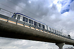 ZOETERMEER - In Zoetermeer is met hulp van twee kranen het eerste RandstadRail-voertuig op de rail gehezen. Met deze nieuwe metroverbinding moeten vanaf de herfst de steden Den Haag, Zoetermeer en Rotterdam makkelijk en sneller toegangelijker worden. In de zomer gaat de Haagse vervoersmaatschappij HTM al vast proefrijden op vinexlocatie Oosterheem, waarna in september de eerste lijnen naar Den Haag opengaan. COPYRIGHT TON BORSBOOM
